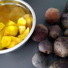 Tafelzuur maken van verse rode en gele bieten