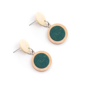 Retro oorbellen van hout en kurk verkrijgbaar in 5 kleuren bij DK Shop van Duurzaamheidskompas